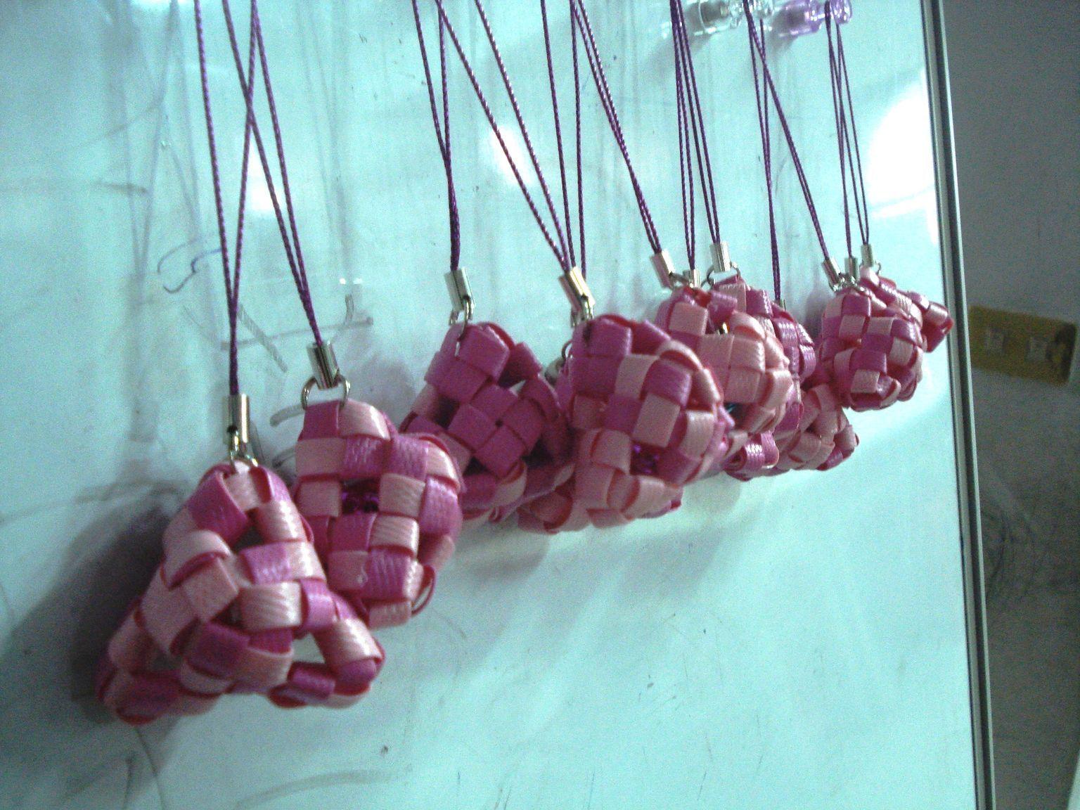 快让老师跟大家分享端午节的由来,并动手编制专属於你的粽型吊饰.