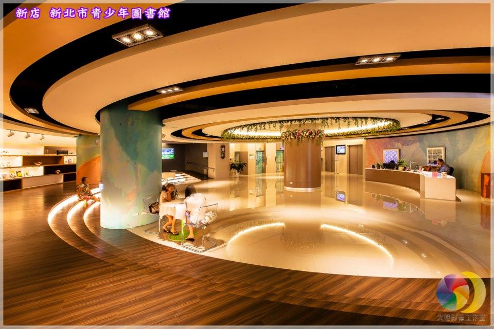 一樓藝文大廳 :流通櫃台、演講廳、展示區、特展室及備展室