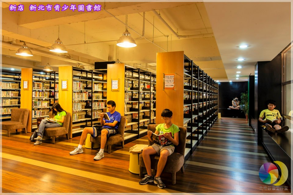 六樓圖書閱讀區:書庫區、自修室、慢讀專區